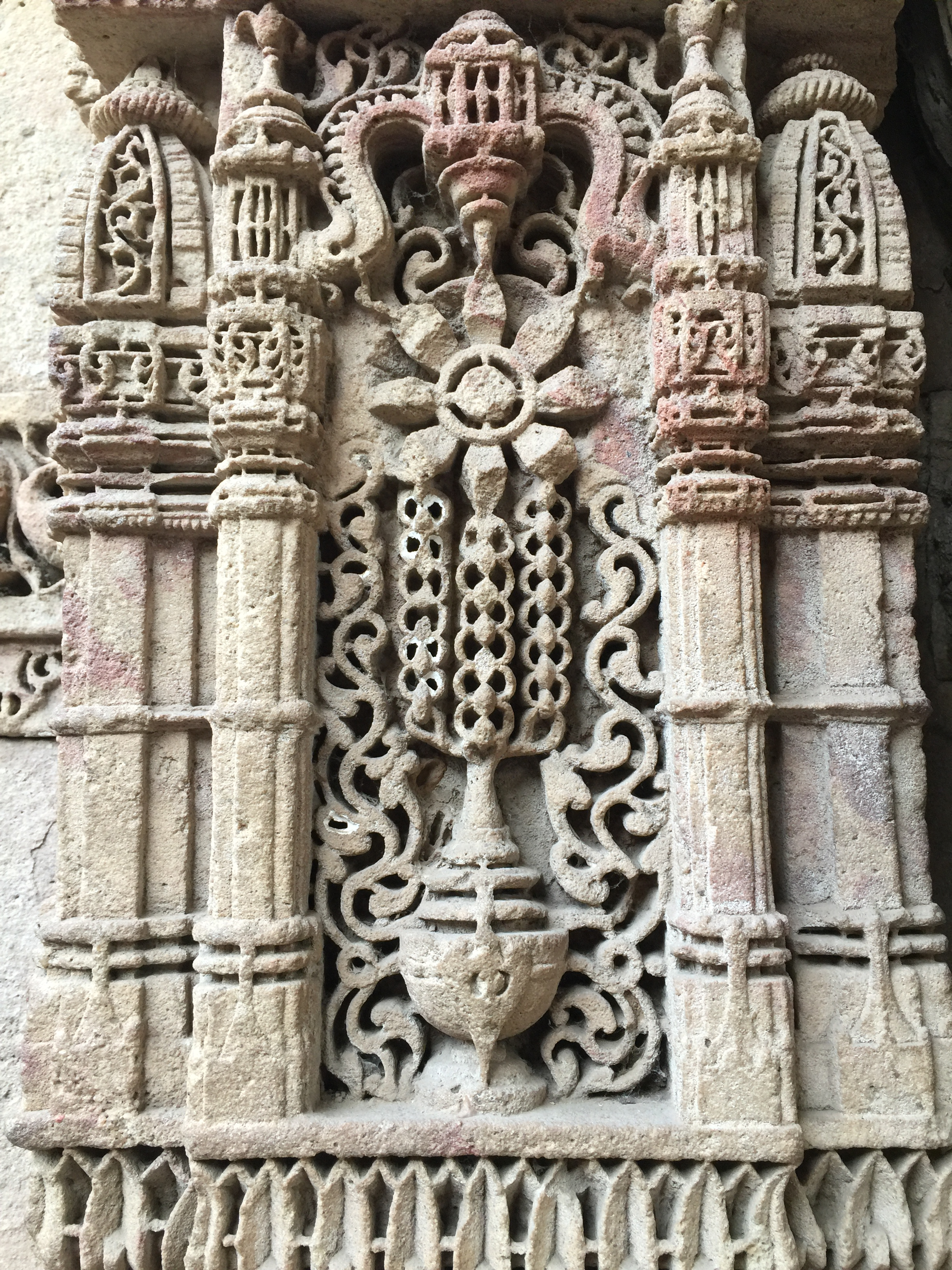 adalaj - designs in a pillar